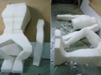 sculpture d'une marionnette de génie en mousse taillée. Dégrossissage.