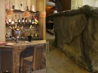 Fabrication d'un bar en résine en forme de rocher pour un restaurant de Neuilly sur seine , avec Sébastien Montillet.