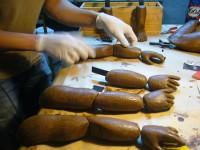 Tirage des bras des marionnettes, en mousse de polyurhétanne semi dure