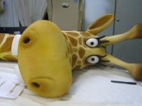 Tête de Girafe couverte de tissu polaire peint et patiné. Comédie musicale Bébé Lily