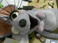 Une souris en mousse et tissu éponge . Créé avec moving puppet, pour une publicité pour le sucre Daddy. Production Moving Puppet . Avec Annaic Penon