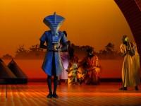 Un masque porté sur scène par un danseur. Photo Vincent Muteau.