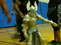 Manipulation d'une marionnette lors des répétitions.