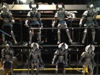 Huits marionnettes en coulisse.