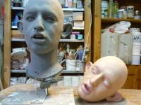 Modelage d'une marionnette d'enfant effrayant