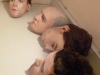 Les répliques des têtes des comédiens