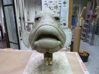 sculpture en terre d'une tête de mérou
